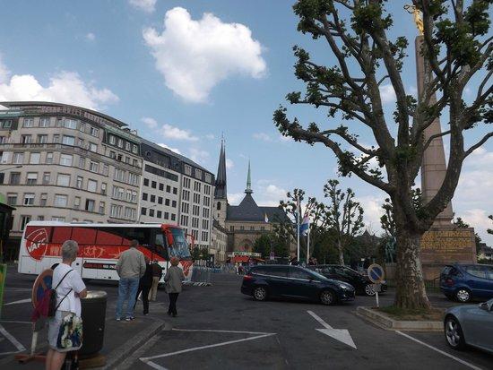 Monument de la Solidarite Nationale (Monument to National Unity) : площадь Золотой дамы
