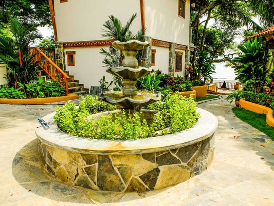 Sansara Surf & Yoga Resort : Fountain near the entrance