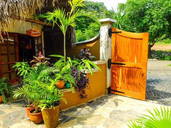 Sansara Surf & Yoga Resort : Entrance gates and reception