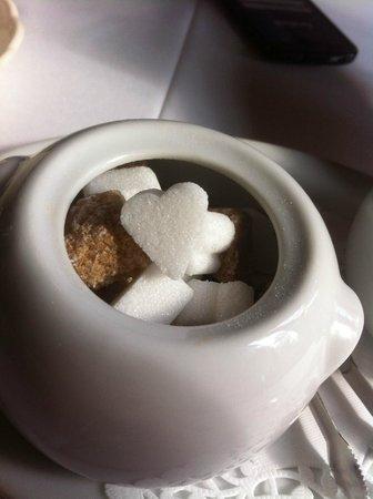 Auberge Le Madrigal: Des sucres en forme de coeur, pic, trèfle et carreau