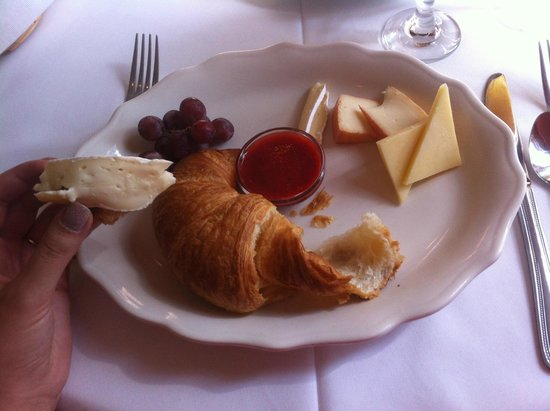 Auberge-Spa Le Madrigal: Croissant et fromage, miam
