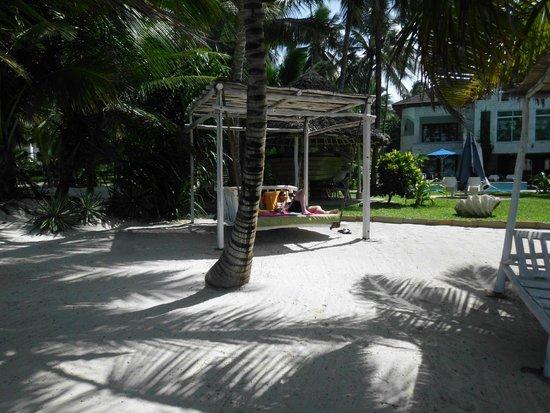The Maji Beach Boutique Hotel: Der Strandbereich mit super bequemen Liegen