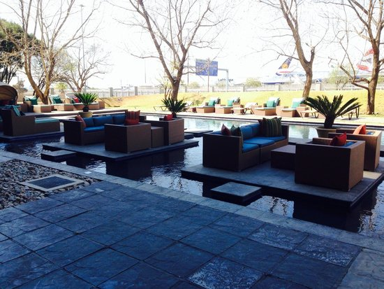 Protea Hotel by Marriott O.R. Tambo Airport: Outdoor area off restaurant/ bar