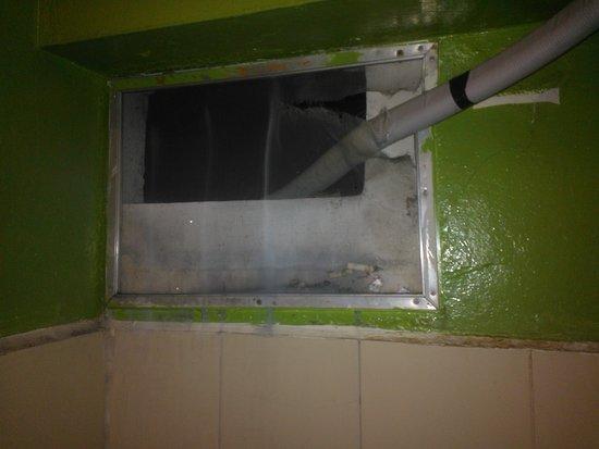 Sawasdee Smile Inn: window of bathroom