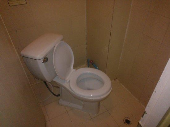 Sawasdee Smile Inn: toilet and bathroom