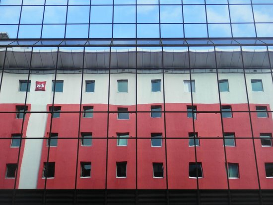 Ibis Glasgow City Centre: Ibis reflection