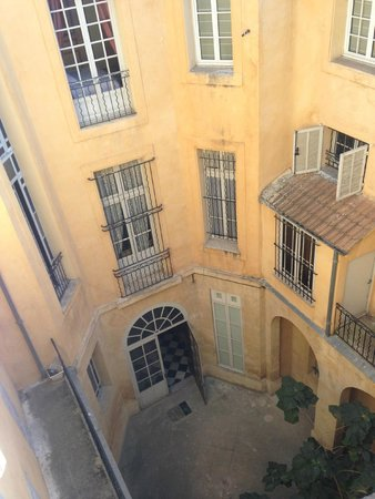 Hôtel de France : Courtyard view from our room
