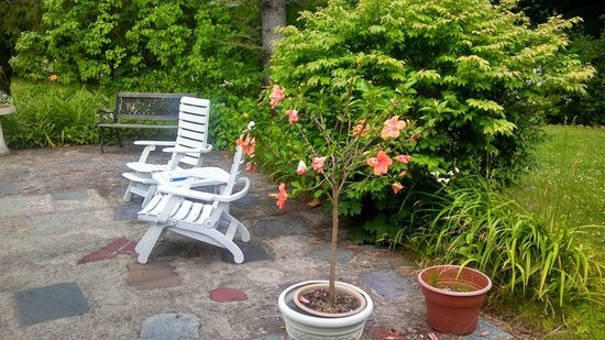 Seasons Bed & Breakfast: Outdoor  grounds