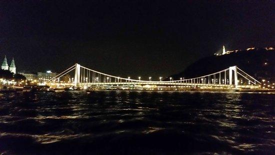 Legenda Sightseeing Boats: Erzsebet Bridge