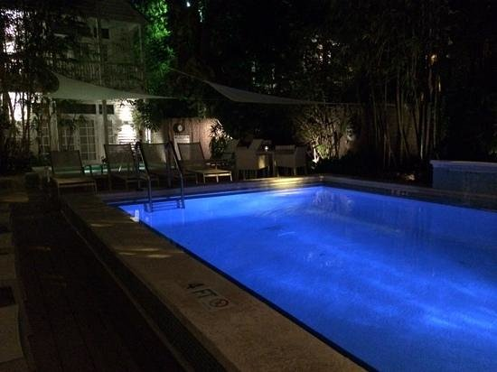 Alexander's LGBT Guesthouse: Alexander's pool and hot tub area