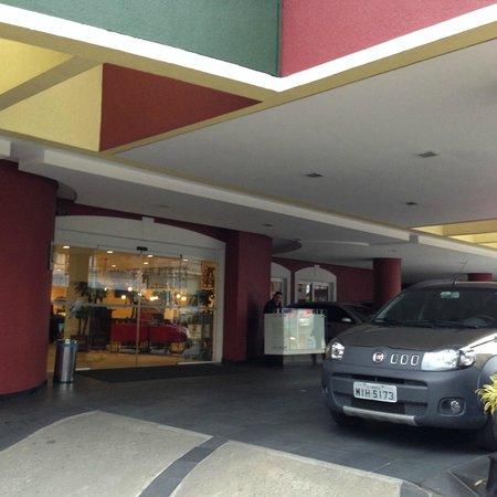 Ibis Joinville: Entrada com serviço de manobrista