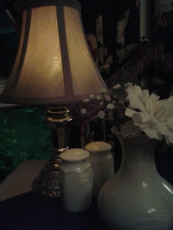 The Waring House Pub and Restaurant : Candle Light Table by the Window