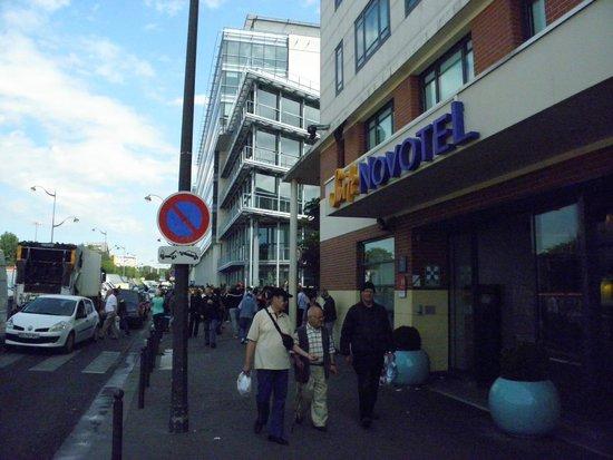 Novotel Suites Paris Montreuil Vincennes: Near the hotel entrance