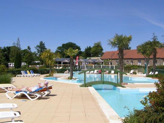 Saint-Symphorien, France : sieste à la piscine