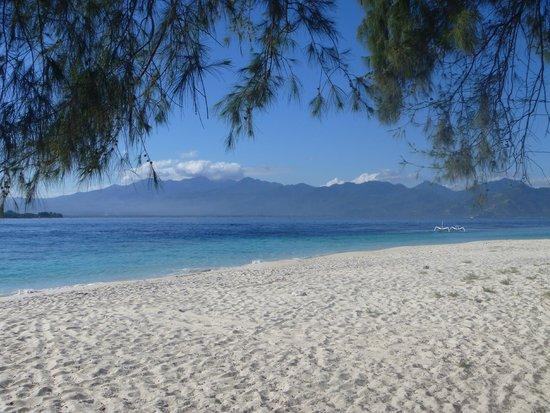 Gili Meno, Indonesië: пляж и вид на Ломбок