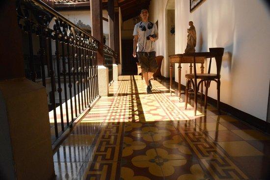 La Gran Francia Hotel y Restaurante: Tastefully decorated corridor on second floor.