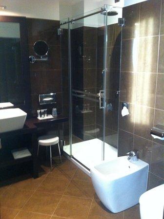 Hotel Mercure Bergamo Aeroporto : Bagno con amplio box doccia e kit di cortesia, camera superior