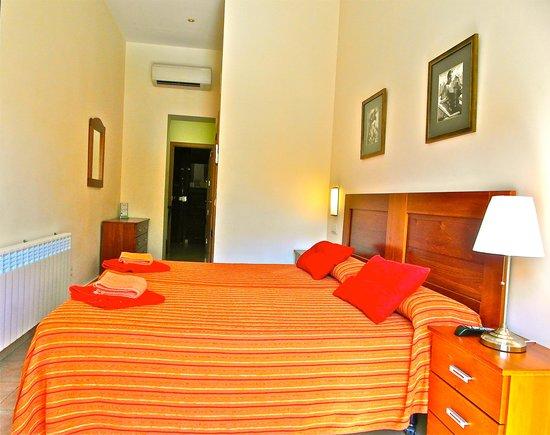 Hostal Tirso Plaza : habitación de dia, muy luminosa.