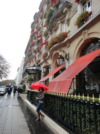 Hôtel Plaza Athénée: красота начинается со входа )