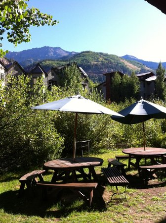 Mountainside Inn: picnic area by the river
