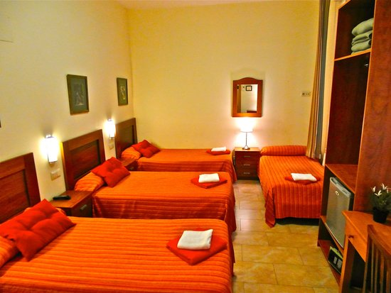Habitaci n cu druple picture of hostal tirso plaza for Hotel habitacion cuadruple madrid