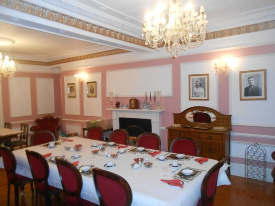 Dundrum House: Dining room with original 1720's ceilings