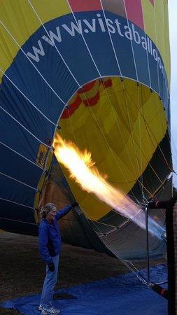 Vista Balloon Adventures : Inflating the balloon