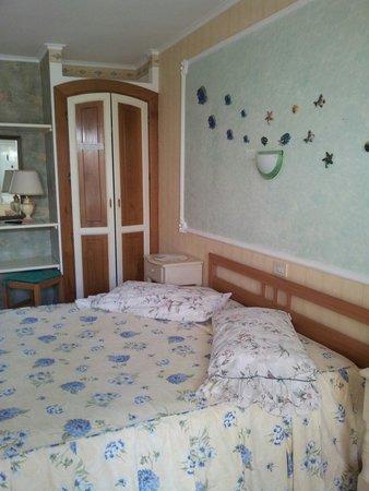 Sabaudia, Italy: Camera matrimoniale con bagno privato,frigo,tv,aria climatizzata.