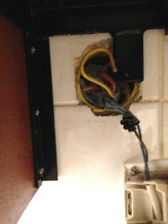 Millennium Hotel Paris Opéra   : Dangerous electrical socket in the bathroom