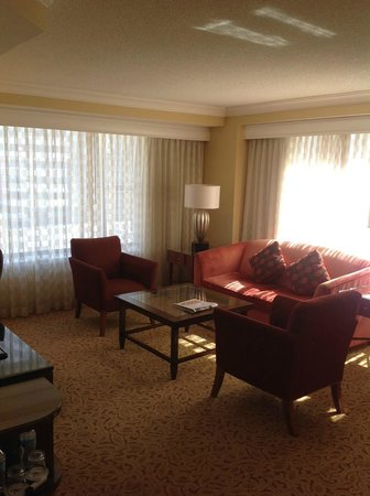 Toronto Marriott Downtown Eaton Centre Hotel : Bright and large sitting/living room