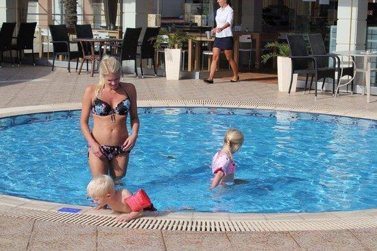 Alexandra Beach Resort : Min vackra kvinna med barnen i barnpoolen