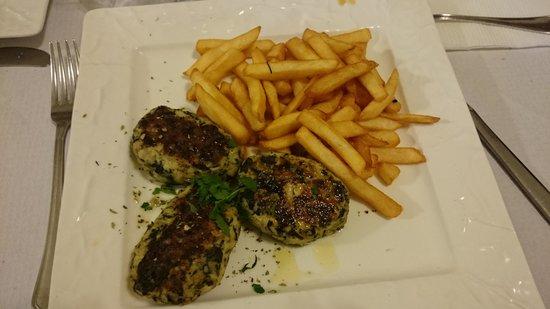 Gusto siciliano: polpette di pollo con contorno di patatine. gustosissime!!!!