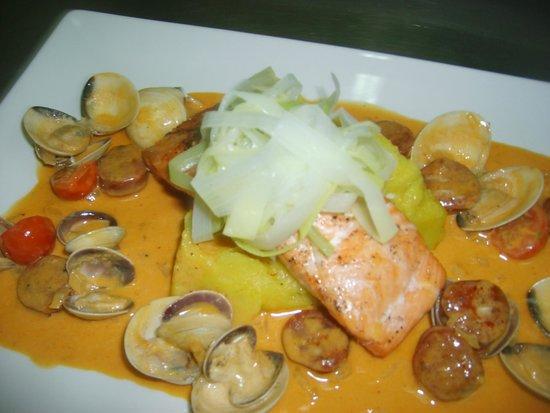 El Limonero: Salmon with chorizo and clams