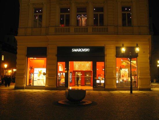 Ventana Hotel Prague: Esta tienda de estas famosas joyas esta a la vuelta del Hotel Ventana