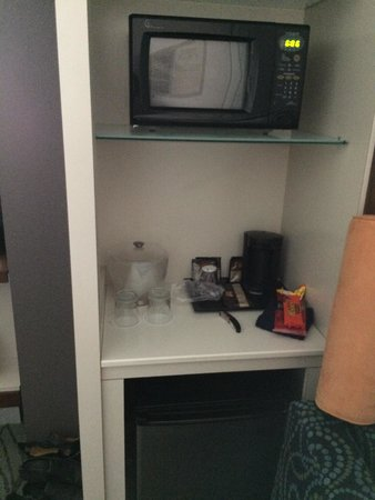 SpringHill Suites Alexandria Old Town/Southwest : Microwave and mini fridge