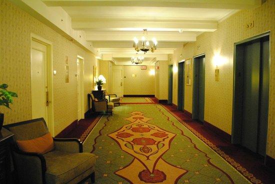 ذا روزفلت هوتل نيويورك سيتي: hall de espera de ascensores en piso de habitación