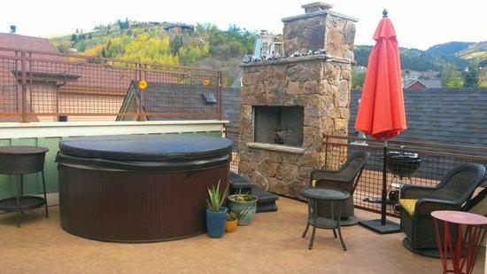Torchlight Inn Bed and Breakfast : hot tub deck