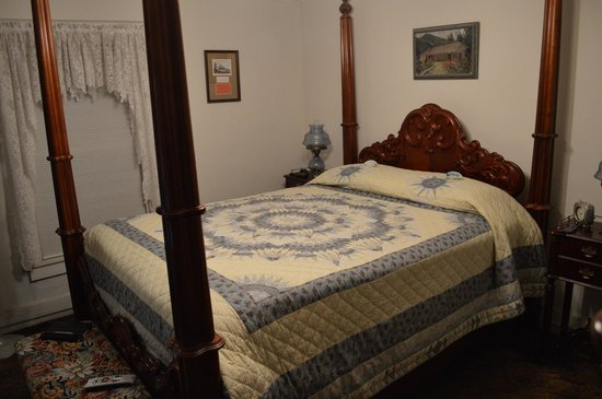 The Parlor Car Bed & Breakfast: Our room - the Harvey room.