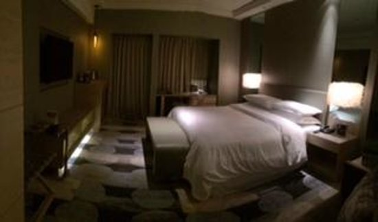 Sheraton Hsinchu Hotel: Bed and desk