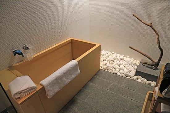 Hotel Kanra Kyoto: wooden bathtub