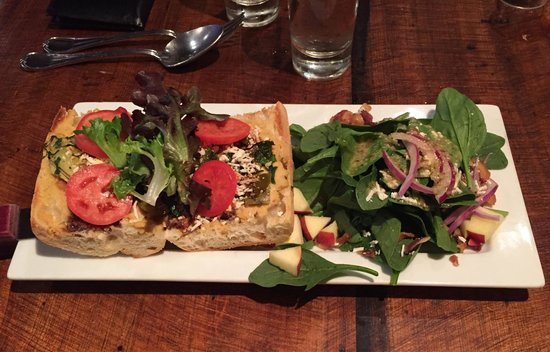 Burgoo : Vegetarian sandwich and spinach salad.