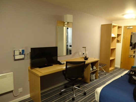 Holiday Inn Express Manchester Airport: Writing desk and TV
