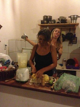 Casa Coco Verde - Pousada & Hostel: Caipirinha in the making