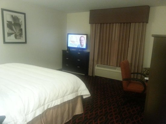 Hampton Inn & Suites by Hilton Red Deer : Large room.