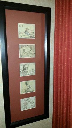 Wyndham Anaheim Garden Grove: Mickey wall portrait next to the bunk beds.