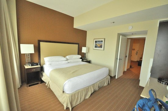 Embassy Suites by Hilton Alexandria-Old Town: bed room in the suite