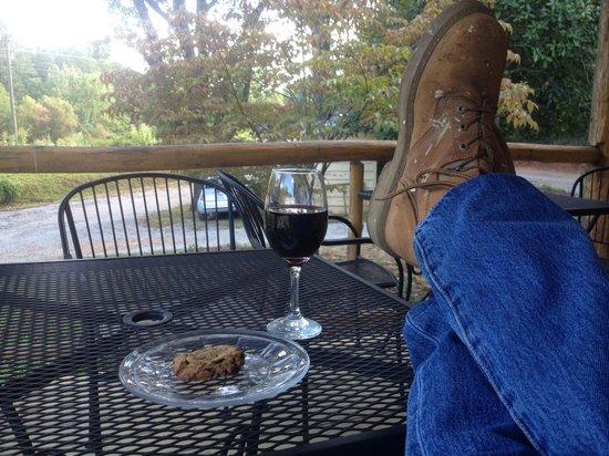 Giardini Trattoria: Wine and cookie on the porch