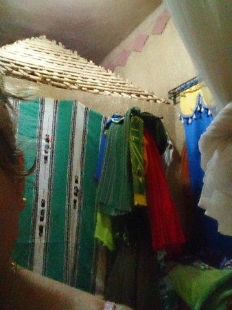 Riad Aicha : Decoração e vista parcial do Apartamento com banheiro