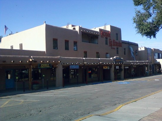 Hotel La Fonda de Taos: Photo from the plaza