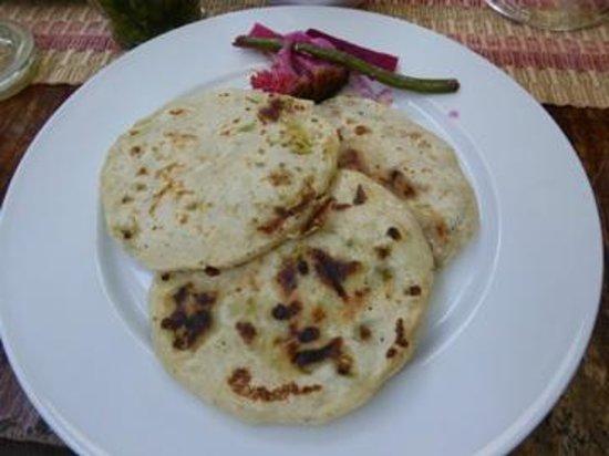 Comedor y Pupuseria Mary : pupusas (loroco con ayote, chicharron, quesillo)
